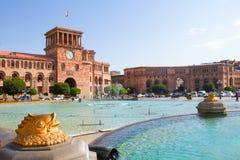 金鱼雕象喷泉在大广场Hraparak 亚美尼亚耶烈万 2016年8月17日 免版税库存图片