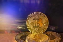 金黄与计算机处理器板光的bitcoin硬币数字式cryptocurrency  免版税库存图片