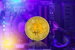 金黄与计算机处理器板光的bitcoin硬币数字式cryptocurrency  库存图片