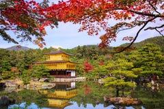 金黄亭子或Kinkakuji在秋天,京都 图库摄影