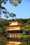 金黄亭子的Kinkaku-ji寺庙 图库摄影