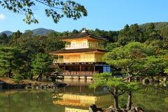 金黄亭子的Kinkaku-ji寺庙 免版税图库摄影