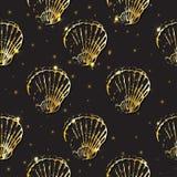 金黄剪影贝壳装饰无缝的样式 免版税库存照片