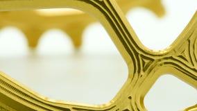 金黄卵形转动在白色背景的自行车chainring的齿轮 股票录像