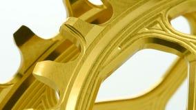 金黄卵形转动在白色背景的自行车chainring的齿轮 影视素材