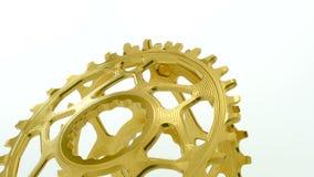 金黄卵形转动在白色背景的自行车chainring的齿轮 股票视频