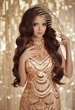 金黄发光的衣服饰物之小金属片的时尚魅力深色的夫人穿戴  图库摄影