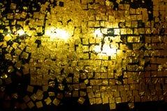 金黄叶子棍子样式泰国墙壁 免版税库存照片