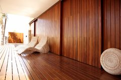 金黄吊床房子室外温泉木头 图库摄影