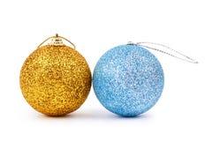 金黄和蓝色圣诞节发光的球 免版税库存图片