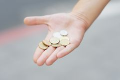 金黄和银色硬币(锡克尔)在手中 库存图片