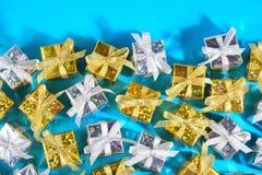 金黄和银色礼物特写镜头顶视图在蓝色的 免版税库存照片