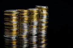 金黄和银色颜色硬币堆宏观射击细节在黑暗的 库存图片