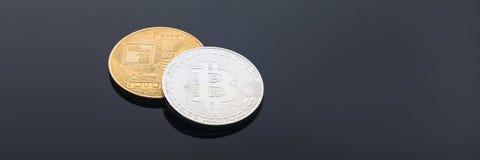 金黄和银色bitcoin cryptocurrency横幅 免版税库存图片