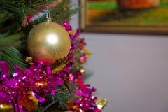 金黄和黄色中看不中用的物品的特写镜头图象在圣诞树的在灼烧的壁炉前面 背景美好的圣诞节 免版税库存图片