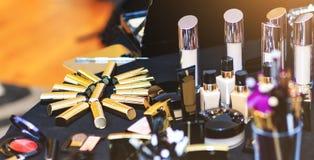 金黄唇膏收藏 大套化妆品在桌上说谎 真正组成成套工具专业美容师 免版税库存照片