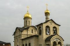 金黄圆顶与横渡在阁下的给与生命十字架的东正教后边在伊萨科夫Avenue海军上将的耶烈万 免版税库存照片