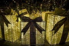 金黄圣诞节和新年礼物在圣诞树下 免版税库存图片