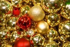 金黄圣诞节球背景 免版税库存照片