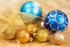 金黄圣诞节的装饰和蓝色球 库存照片