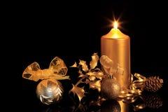金黄圣诞节的装饰 库存照片
