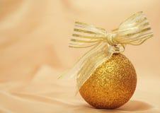 金黄圣诞节的装饰 免版税库存照片