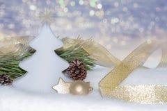 金黄圣诞节装饰,在bokeh的装饰品点燃背景 免版税库存照片