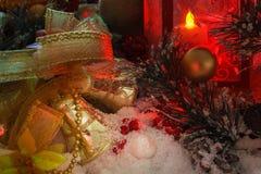 金黄圣诞节铃声和圣诞节玩具根据一个红色灯笼 库存照片