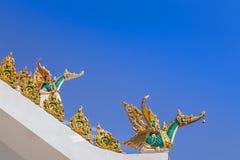 金黄在屋顶公众寺庙的天鹅传统泰国样式雕象 库存图片