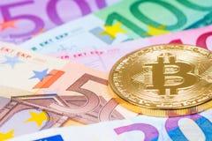 金黄在欧洲钞票的bitcoin金属硬币,未来financi 免版税库存照片