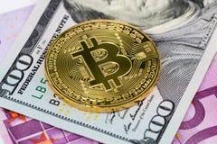 金黄在美元和欧洲钞票的bitcoin金属硬币 免版税库存图片