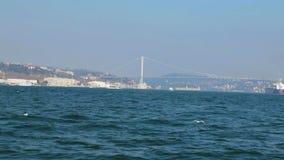 金黄垫铁地铁桥梁和都市风景视图,远航通过Bosphorus,序列 股票视频