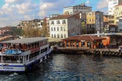 金黄垫铁巡航小船码头Karakoy伊斯坦布尔 图库摄影