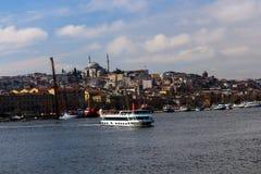 金黄垫铁巡航小船Unkapani伊斯坦布尔 图库摄影