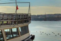金黄垫铁&小船在Kasimpasa伊斯坦布尔,土耳其 库存照片