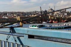 金黄垫铁& Unkapani桥梁&钓鱼竿伊斯坦布尔 免版税库存图片