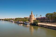 金黄塔托尔沿瓜达尔基维尔河河,塞维利亚安大路西亚,西班牙的del Oro 免版税库存照片