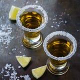 金黄墨西哥龙舌兰酒射击了与绿色石灰和盐 免版税图库摄影