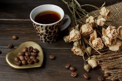 金黄壁炉边型茶碟用烤咖啡豆 库存图片