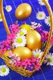 金黄复活节彩蛋篮子 库存图片