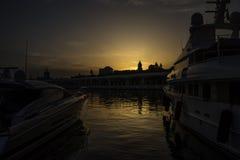 金黄太阳设置大教堂观看在两条小船之间在的ehind 图库摄影