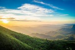 金黄太阳,有很多天堂有美丽的景色 免版税图库摄影