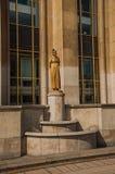 金黄妇女和鸠雕象在大厦前面在Trocadero在巴黎 免版税图库摄影