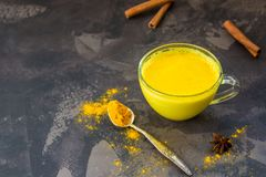 金黄姜黄牛奶用桂香 健康和芳香戒毒所b 免版税库存图片