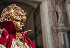 金黄威尼斯式狂欢节屏蔽 免版税库存照片