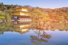 金黄寺庙名字与反射的Kinkakuji Jo有清楚的蓝天背景 库存图片