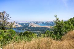 金黄小山围拢的圣巴勃罗和布里奥内斯水库,康特拉科斯塔县,旧金山湾,加利福尼亚 图库摄影