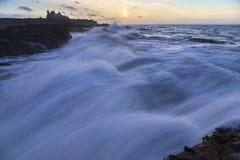 金黄小时、Tantallon城堡与风大浪急的海面和巨大的波浪 免版税库存图片