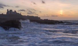 金黄小时,与风大浪急的海面的tantallon城堡 免版税库存照片
