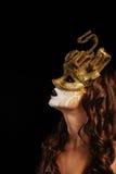 金黄屏蔽当事人性感的妇女 免版税库存照片